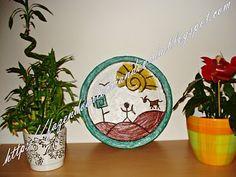 Prato para decoração reutilizando prato de isopor(aqueles de pizza), massa corrida ou de rejuntar azulejo, tinta acrílica e verniz para artesanato.
