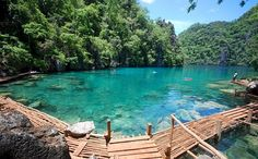 Une île au Nord de Palawan réputée pour ses spots de plongée où on peut voir de nombreuses épaves de bateaux japonais bien préservés coulés pendant la 2ème guerre mondiale. Depuis Coron, vous pouvez aussi faire du snorkelling à Barracuda lake et à Kayangan lake (photo ci-dessus) philippines
