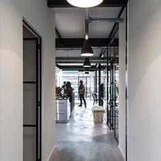 Staal en beton. De basis voor dit industriële interieur van Studio Zeeburg in Amsterdam. De locatie wordt verhuurd voor vergaderingen, workshops en meer. Rust is in veel gevallen gewenst. Door de stalen deuren en stalen wanden met glas blijft de openheid en is er volop lichtinval, maar is rust per ruimte gegarandeerd. De combinatie van het zwarte staal met de betonnen vloer en andere industriële materialen maakt het een frisse, eigentijdse ruimte. #industrieelinterieur #stalendeuren…