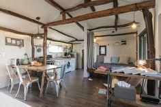 Regardez ce logement incroyable sur Airbnb : 동쪽 바닷가마을의 이국적인 감성 돌집_한동안 제주… Jeju, Stone Houses, Interior Design, Table, Room, Korean, Furniture, Home Decor, Houses