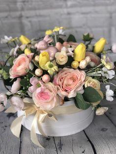A virágdoboz egy kerek fehér dobozba (20 cm átmerőjű) készül, meseszép tavaszi selyemvirágokkal, barkával, nyuszival és tojásokkal🐰🌷 Facebook Sign Up, Floral Wreath, Workshop, Wreaths, Table Decorations, Home Decor, Floral Crown, Atelier, Decoration Home