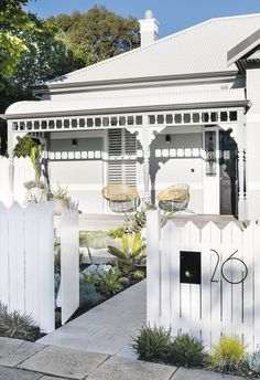 Kerb appeal: 30 ideas for styling your home exterior History lesson Keep your charming period home clear of kitsch territory by adding a modern spin. An oversized street number in on-trend charcoal balances the. Cottage Exterior, House Paint Exterior, Exterior House Colors, Exterior Design, Queenslander House, Weatherboard House, Edwardian Haus, Front Verandah, Kerb Appeal