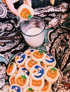 Discovered by Gya. Find images and videos about autumn, fall and Halloween on We Heart It - the app to get lost in what you love. Halloween Snacks, Halloween Sugar Cookies, Fall Halloween, Halloween Inspo, Halloween Bedroom, Halloween Donuts, Halloween Witches, Homemade Halloween, Halloween Fashion