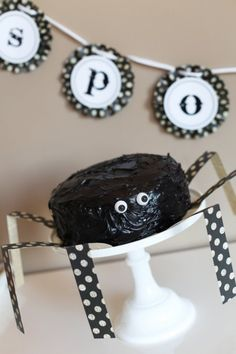 Love the spider legs coming off of the cake stand- simple and cute! halloween spider cake DIY