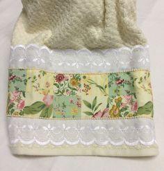 Toalha de rosto com aplicação em tecido, com bordado inglês .Tamanho50x80cm