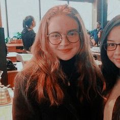 Sadie Sink with a fan (new photo) Stranger Things Aesthetic, Cast Stranger Things, Stranger Things Netflix, Stranger Things Season, Mad Max, Sadie Sink, Mejor Gif, Big Hugs, Millie Bobby Brown