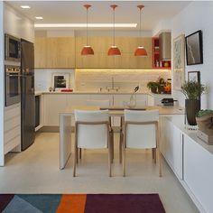 Cozinha integrada, destaque para o toque laranja madeira que ficou demais…