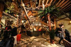 """énLe + exotique : Le Comptoir Général. Bars (aux allures de paillote et de bateau), restaurant, boutique(s)... Le Comptoir Général est tout à la fois mais surtout une """"terra exotica où le Tout-Monde est invité à prendre ses quartiers et à se déployer"""". Un comptoir, dans sa plus large définition, où toutes les cultures (ou presque) sont présentées. Et où l'on boit des cocktails exotiques."""