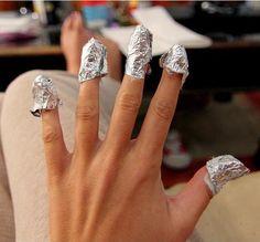 Uñas envueltas con algodón y papel aluminio Pedicure, Diamond Earrings, Wedding Rings, Nail Art, Hacks, Engagement Rings, Crystals, Bracelets, Diy