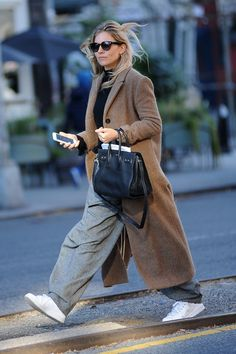 20 Top Street Style Outfits To Update You Wardrobe - Luxe Fashion New Trends - Casual Fall Look – Fall Must Haves Collection. Best Street Style, Street Style Outfits, Street Chic, Komplette Outfits, Winter Outfits, Fashion Outfits, Celebrity Style Casual, Celebrity Outfits, Fashion Mode