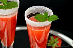 L'aperitivo al prosecco e fragole è semplice e veloce da realizzare. Dal gusto unico e di un bel colore vivace, metterà allegria in tavola.