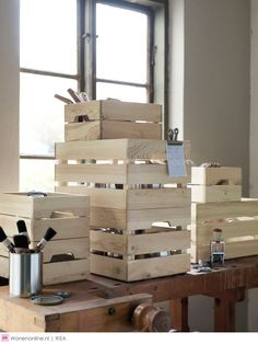 Van een stoere eikenhouten tafel en vintage opbergkratten tot een slimme toilettafel: IKEA verwelkomt in april een heleboel stijlvolle nieuwkomers. Laat je inspireren en ontdek de nieuwe producten van IKEA.