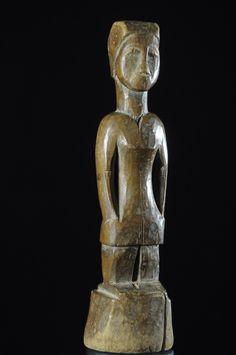 Contrairement à ce que pensent beaucoup de collectionneurs ou experts, les statuettes de jumeaux ne fonctionnent pas par couple comme les statuettes d'ancêtres. Elles sont à prendre chacune dans l'individualité de leur signification. Ces petites statuettes typiques de l'ethnie Ewé, sont nommés 'venavi' ou'venonvi'et sont très diffusées. Les exempalire récents sont le plus souvent faits dans des bois assez tendres facilitant la sculpture, tel le bois de ...