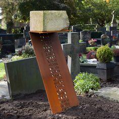 Franse kalksteen als grafsteen staat op een sokkel van cortenstaal met een uitgesneden gedicht - de open letters zijn uit staal gesneden met een waterjet