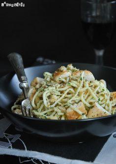 Me encantan los platos de pasta simples, pero coronados con un crujiente de pan aromatizado…en el blog ya tenéis la versión para vegetarianos – los Spaguettis con alcachofas -, hoy os traigo la versión para amantes del pollo…os encantará… Ingredientes … Sigue leyendo →