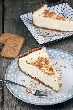 Witte chocolade cheesecake met speculaas. 450 gram witte chocolade druppels – als je repen gebruikt dien je deze eerst kleiner te snijden 500 gram naturel roomkaas op kamertemperatuur 400 ml slagroom 300 gram speculaas + extra ter garnering 125 gram boter