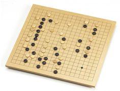Go. Jogo desenvolvido por um general Chinês para o estudo de movimentação e ocupação de tropas em batalha. Um dos jogos mais antigos do mundo, é com o xadrez um dos principais jogos de  estatégia e lógica.