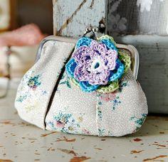 Bloem haken DIY Crochet Flowers Brooches Buy on Etsy Ffion (Welsh for Foxglove) DIY Flower in granny square (3) Pattern Craftsy.com Crochet roses patterns