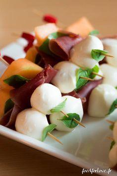 Brochettes de Melon, Jambon Cru, Mozzarella et Basilic - Food for Love