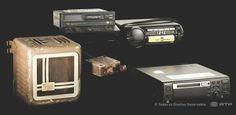 O primeiro automóvel a estar equipado com um rádio desses foi o Ford T, no ano de 1922. O que a princípio parecia uma excentricidade transformou-se, em poucos anos, numa produção em série. No entanto muitas marcas de automóveis não tinham um lugar apropriado para a instalação dos rádios. No início a adaptação era feita nas oficinas. Só a seguir à 2ª Guerra Mundial é que as marcas banalizaram o autorrádio como acessório do próprio veículo.