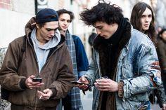 Pôde-se comprovar empiricamente nas ruas de Paris, durante a semana masculina de Inverno 18, a influência de Demna Gvasalia (Vetements e Balenciaga) e Raf Simons, com seu streetwear com pegada esportiva e peças oversize. Em mais de 100 fotos, veja na galeria a seleção do FFW com o melhor do street style da temporada masculina de Paris.