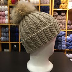 Ribbestrikket lue med pelsdusk Knitting Patterns, Winter Hats, Beanie, Outfits, Fashion, Knitting Stitches, Tall Clothing, Moda, Knit Patterns