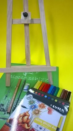 "- - - Kit Natale "" First design "" - - -   Cavalletto da tavolo + blocco schizzi 30fg A3 + 12 pennarelli bipunta aqua brush duo Lyra + 1 grafite aquarell 4B Cretacolor + 1 matita sketching 4B Lyra + 1 gomma Lyra  #design #natale #art #colouracademy #bari"