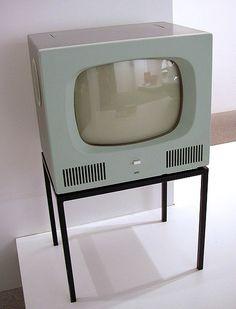 1926'da Logie Baird adındaki iskoçyalı bilim adamı insan yüzünün görüntüsünü radyo dalgalarıyla çok uzaklara gönderebilen ve Televizyon denen,uzaktan görme anlamına gelen aleti icad etmiştir.1930'ların başında televizyon elektronik eşya olarak satılmaya ve geniş kitlelere hitap etmeye başladı.1936'da İngilterede ilk kez siyah beyaz TV yayınları BBC tarafından başlatılmıştır.1940'larda renkli televizyon çalışmaları hız kazandı.ABD'de 1950de satışa çıktı fakat 1960'larda kullanılmaya başlandı.