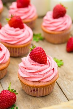 Strawberry+Cupcakes+with+Strawberry+Buttercream+Frosting