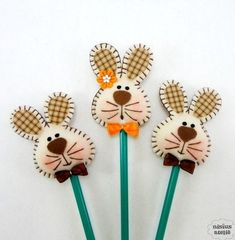 Ideias de lembrancinhas para a Páscoa Easter Projects, Easter Crafts, Holiday Crafts, Farm Crafts, Diy And Crafts, Crafts For Kids, Rabbit Crafts, Pencil Toppers, Felt Decorations