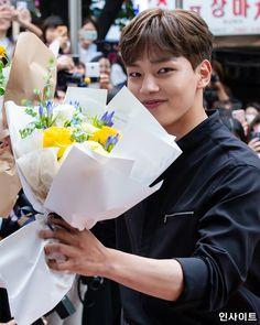 Korean Celebrities, Korean Actors, Kim Hee Won, Yoo Seung Ho, Jin Goo, Kdrama, Playing Cards, Laos, Flowers
