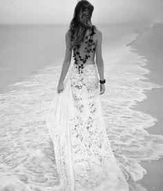 Por muy lejos que esté yo siempre estoy contigo porque soy el lago y el pez que nada en él. Soy el viento, las hojas de los árboles que caen al llegar el otoño, la fuerza del mar y el verde de los prados. Soy las particulas de polvo que se ven entre los rayos del sol, colándose por las ventanas de tu comedor. La luna que se refleja en una piscina de luz plateada en el suelo de tu habitación mientras duermes. Soy el vaivén de la olas que rompen en la orilla y esa canción que te viene a la…