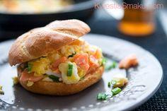 Jajecznica na maśle z wędzonym łososiem i szczypiorkiem