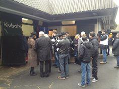 La foule se masse autour du box de Ready Cash
