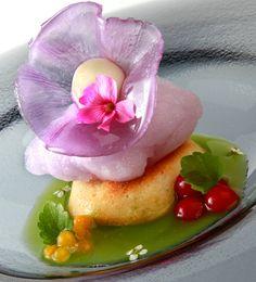 Postre de violetas Chefs, Panna Cotta, Ethnic Recipes, Food, Gourmet, Plate, Deserts, Romantic Dinners, Tarts