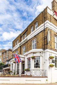 The White Cross pub in London is a great place in Richmond. This guide to the best London riverside pubs will show you some of the best pubs in London on the Thames. From historic pubs in London to local pubs in London, they're great for a London pub crawl. #london #pub #richmond