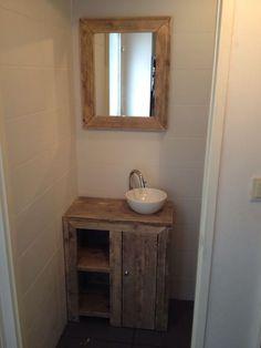 toiletruimte sloophout - Google zoeken Wood, Home, Downstairs Loo, Bathroom Mirror, Framed Bathroom Mirror, Bathroom Vanity, Bathroom, Toilet, Reclaimed Wood