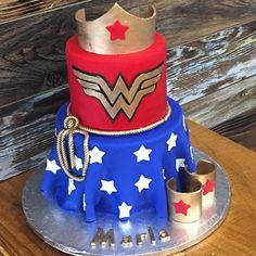 Você gosta desse tema para festa infantil ou festa de adulto? By @soulcakesbytanya  #bolo #bolomulhermaravilha #mulhermaravilha #mulhermaravilhaentrenafesta #bolosentrenafesta