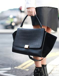 LFW Street Style www. Celine Trapeze Bag, Celine Bag, Luxury Bags, Luxury Handbags, Lv Handbags, My Bags, Purses And Bags, Sacs Design, Look 2018