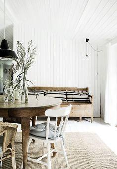 Bois naturel et blanchi se conjuguent dans la salle à manger