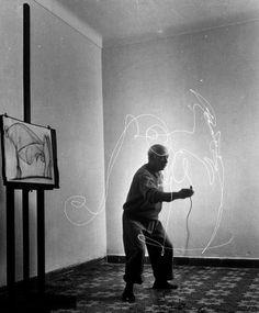 Pablo Picasso creates a light drawing, 1949 | VITA dietro l'immagine: Picasso 'Disegna' con la luce | LIFE.com