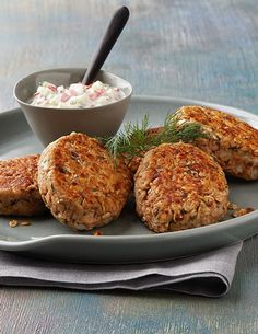 This Dilled Salmon Cakes recipe is a great dinner or appetizer to try for an outdoor barbecue! Your guests will love the texture and savory flavors in this delicious dish! Oats Recipes, Cooking Recipes, Healthy Recipes, Eat Healthy, Recipies, Fish Dishes, Tasty Dishes, Main Dishes, Salmon Patties