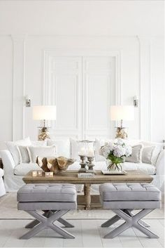 Jasny salon w stylu eleganckim i romantycznym.