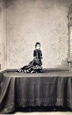 Lucia Zarate (January 1864 - January born in Mexico was considered the smallest woman in history. She died of hypothermia when her circus train became stranded in the snow in the Sierra Nevada Mountains. Vintage Pictures, Old Pictures, Vintage Images, Old Photos, Mime, Human Oddities, Pierrot, Vintage Circus, Weird And Wonderful