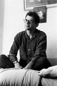 Allen Ginsberg (1926-1997), poète américain, devant un portrait d'Arthur Rimbaud, dans la chambre 25 du Beat Hotel, 9 rue Gît-le-Coeur, Paris, 1957. ©Harold Chapman/TopFoto/Roger-Viollet