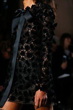 Giambattista Valli Spring 2018 Couture Fashion Show Details: See detail photos for Giambattista Valli Spring 2018 Couture collection. Look 15 Fashion Details, Love Fashion, Fashion Show, Fashion Outfits, Fashion Tips, Fashion Design, High Fashion Trends, Spring Fashion Trends, Fashion Week
