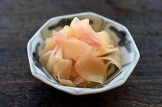 """いちばん丁寧な和食レシピサイト、白ごはん.comの『新生姜の甘酢漬け』のレシピページです。寿司屋でいう定番の""""がり""""を美味しく作るポイント満載です!写真付きで『新生姜の甘酢漬け』の作り方を詳しく紹介します。"""