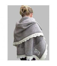 Attractive and comfortably warm handmade living blanket. www.metdehand.nl