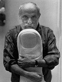 """Nel 1956 inizia a lavorare con materiali compositi, con stampi in plastica di impronte umane; nel 1960 crea la prima di una lunga serie di """"compressioni controllate"""", ottenute comprimendo rottami di auto in pacchi compatti, ed è uno dei fondatori del """"Nouveau Réalisme"""" assieme ad Arman, Yves Klein, Jean Tinguely, Pierre Restany, e altri http://musapietrasanta.it/content.php?menu=artisti"""