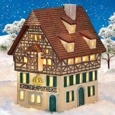 Keramik Lichthaus Kronen-Apotheke - Dieses imposante Lichthaus der Apotheke hat einen ganz besonderen Charakter. Das Fachwerk und die goldene Krone, die der Apotheke auch ihren Namen gibt, verleihen dem Keramikhaus ein hochherrschaftliches Aussehen.